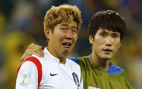 Dân mạng phê phán Son Heung-min dùng nước mắt giả tạo mua chuộc sự đồng cảm, nhưng anh chàng này là một gã mít ướt chính hiệu: 5 lần cầu thủ hay nhất châu Á khóc ngất vì thua trận