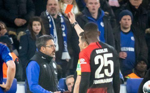 Làm phúc phải tội: HLV ở Đức ăn thẻ đỏ sau khi đỡ cầu thủ đối phương đứng dậy
