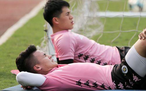 Quang Hải nhăn nhó vì đau khi tập riêng, Đình Trọng chăm chỉ plank giữ dáng ở Hà Nội FC