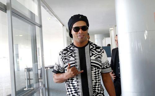 Huyền thoại Ronaldinho bị cảnh sát bắt tạm giam, nghi sử dụng hộ chiếu giả