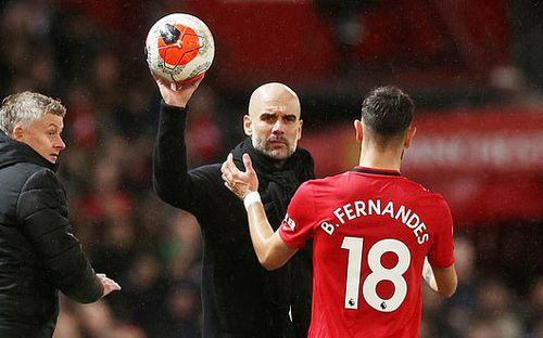 Chỉ với hành động nhắc nhở HLV Pep Guardiola