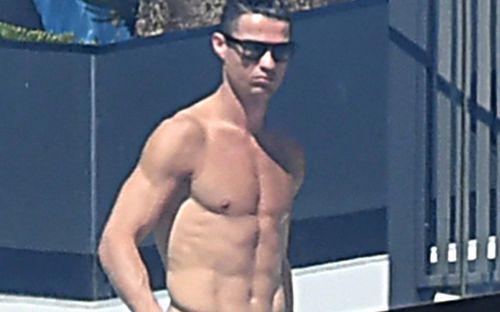 Hé lộ những hình ảnh hiếm hoi của Ronaldo trong quãng thời gian cách ly: Gây chú ý với body cực phẩm, chắc chắn vẫn tập luyện rất chăm đây mà