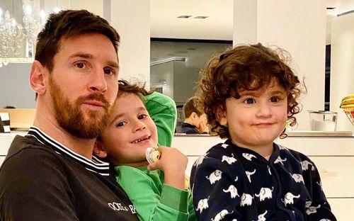 Ở nhà tránh dịch Covid-19, các ông bố siêu sao trổ tài trông con: Messi, Ronaldo rất mẫu mực, đồng nghiệp tại Arsenal thì đùa hơi lố