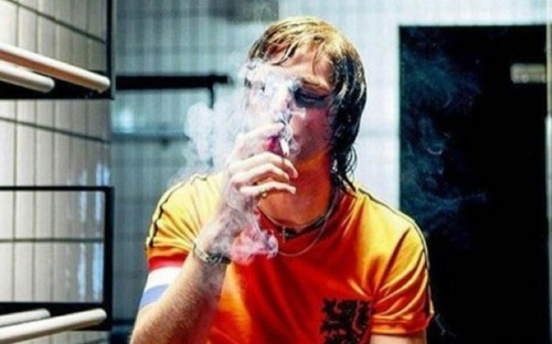 """4 năm ngày mất của Johan Cruyff: Huyền thoại vĩ đại """"đốt mình"""" mỗi ngày và cuối cùng, khói thuốc mang ông đi"""