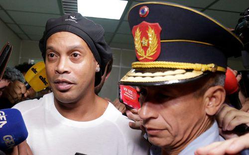 Ronaldinho vẫn không thể quen cuộc sống trong tù: Được tất cả quan tâm nhưng vẫn nhớ âm nhạc và... mẹ