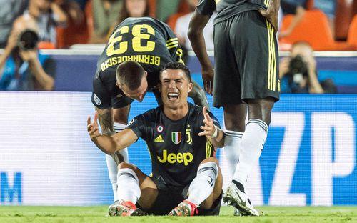 Ronaldo từng càu nhàu vì phải chuộc lỗi với tất cả đồng đội, sau đó lại ghi điểm bằng món quà giá trị