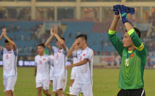 Bùi Tiến Dũng mang băng đội trưởng, cùng cầu thủ U23 Việt Nam chào cảm ơn khán giả