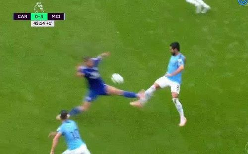Sau màn móc mắt, Premier League có thêm pha vào bóng ghê rợn làm