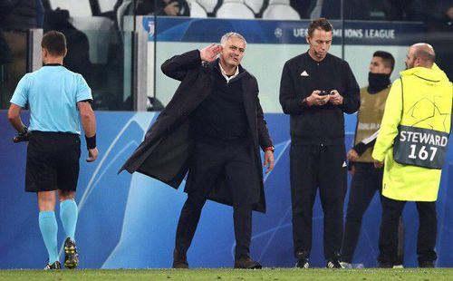 Ăn mừng khiêu khích CĐV Juventus, Mourinho suýt bị Bonucci lao vào tẩn