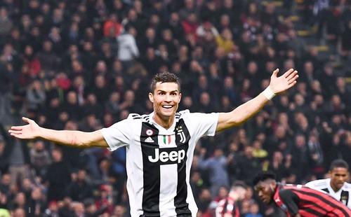 Ronaldo tung cú volley