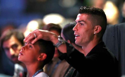 Ronaldo trổ tài nhưng bắt hụt, khiến trái bóng tennis rơi trúng đầu bạn gái