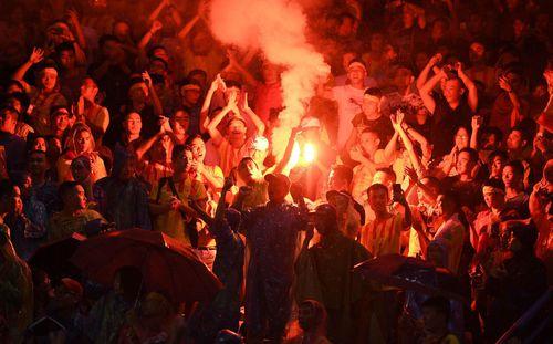 Ám hại đội tuyển vì mua vé đắt, CĐV Việt Nam đang làm gì với