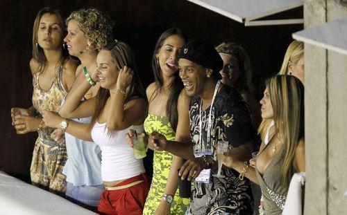 Trốn nợ hơn 50 tỉ đồng, Ronaldinho bị tịch thu hàng loạt tài sản