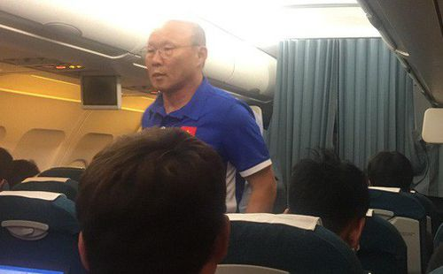 HLV Park Hang-seo nhường ghế thương gia cho học trò chấn thương trên chuyến bay tới Malaysia