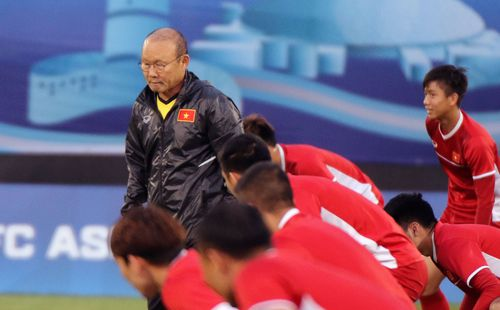 Fan Đông Nam Á đứng sau lưng Việt Nam, cổ vũ Rồng vàng chiến thắng Iraq