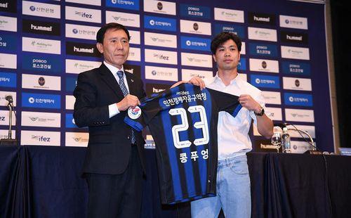 Biểu cảm đặc biệt của thầy Park trong ngày Công Phượng chính thức ra mắt Incheon United