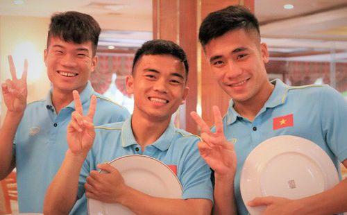 Tuyển thủ U22 Việt Nam thích thú với món ăn tại khách sạn Campuchia