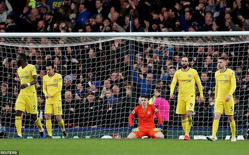 Thất bại muối mặt, Chelsea hụt hơi trước Man United, Arsenal