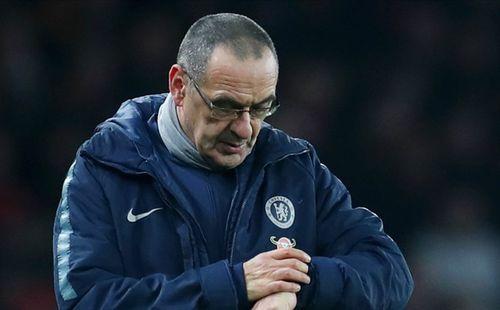 Ngày Sarri không còn được hút thuốc ở Stamford Bridge đang cận kề