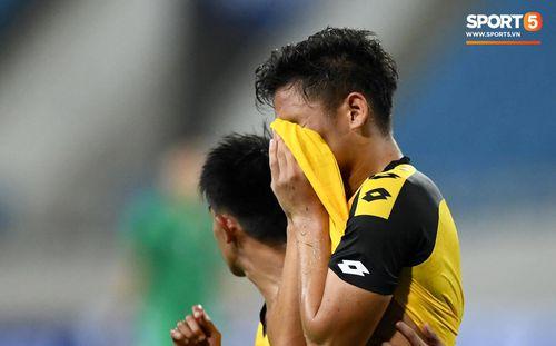 Nhận thẻ đỏ trực tiếp, đối thủ của U23 Việt Nam bật khóc nức nở rời sân