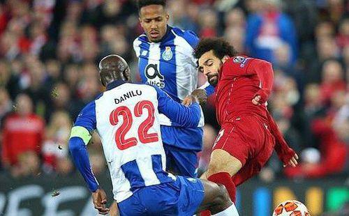 'Vua Ai Cập' Mo Salah thoát thẻ đỏ trực tiếp sau pha vào bóng rợn người