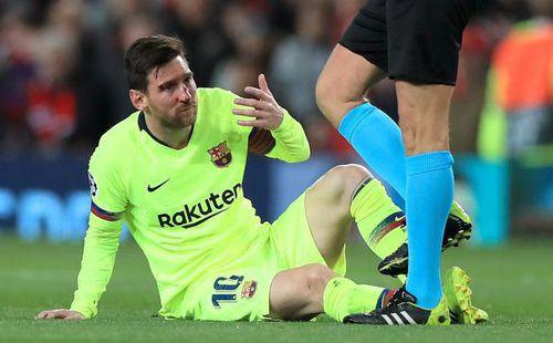 Mặt Messi bê bết máu sau khi