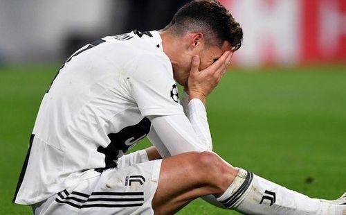 Ám ảnh khoảnh khắc Ronaldo ôm mặt buồn bã đến bất lực: Trong bóng đá, một cánh én đôi khi không thể làm nên được mùa xuân