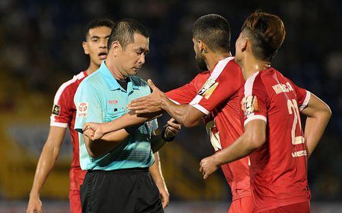 Con trai cựu Trưởng ban Trọng tài bị đình chỉ ở V-League