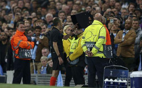 Trùng hợp: Trọng tài khiến Man City ôm hận vì VAR cũng là