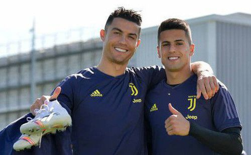 Sốc: Đàn em đồng hương của Ronaldo bấm thả tim cho bình luận chửi đội nhà