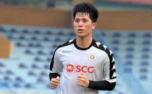 Trở lại lĩnh xướng hàng phòng ngự Hà Nội FC, Đình Trọng thét gào trên sân chỉ đạo anh em tập chiến thuật