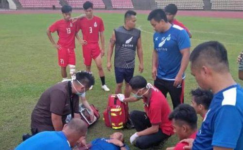 Hy hữu: HLV Malaysia bất tỉnh sau khi va chạm với học trò
