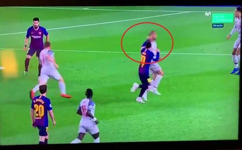 Fan Liverpool đòi treo giò Messi sau khi phát hiện cú