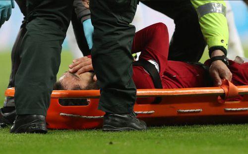 Chấn thương giữa lúc 'nước sôi lửa bỏng', Salah ôm mặt bật khóc