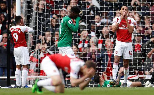 Sảy chân khó tin, Arsenal nối bước Man United