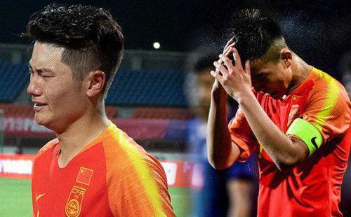 Thua thảm trước hàng xóm của Việt Nam bởi những sai lầm khó tin, các cầu thủ Trung Quốc suy sụp, gục khóc nức nở