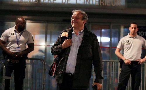 Được trả tự do, cựu Chủ tịch UEFA Platini tươi cười rời sở cảnh sát tại Paris