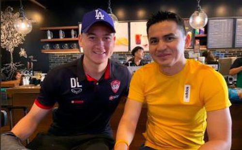 Đặng Văn Lâm bất ngờ chụp ảnh thân thiết với Kiatisak, gọi huyền thoại bóng đá Thái Lan là 'thầy'