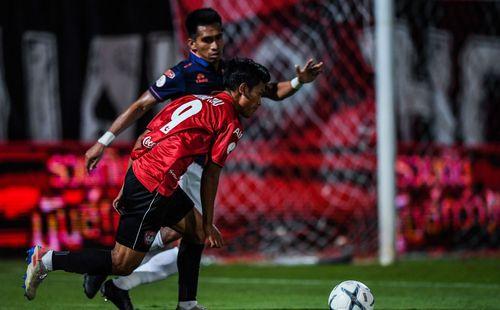 Văn Lâm đứng im nhận bàn thua, vẫn có chiến thắng nhẹ nhàng ở Thái Lan