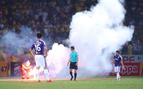 Hà Nội FC và Nam Định chính thức nhận án phạt nặng vì sự cố pháo sáng ở Hàng Đẫy