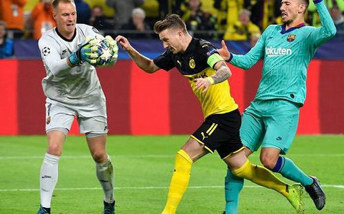Thủ môn tuyển Đức dùng tiểu xảo kiểu V-League cứu Barcelona khỏi trận thua