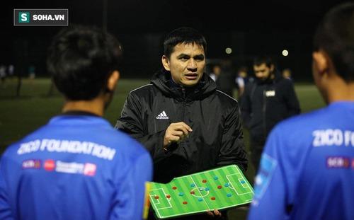 Trong ngày Thái Lan hạ UAE, đội bóng của Kiatisuk lập chiến tích thắng 6-1 ở nước Anh