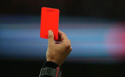 Cầu thủ vung tay đấm trọng tài nhập viện vì lý do không ai chấp nhận nổi