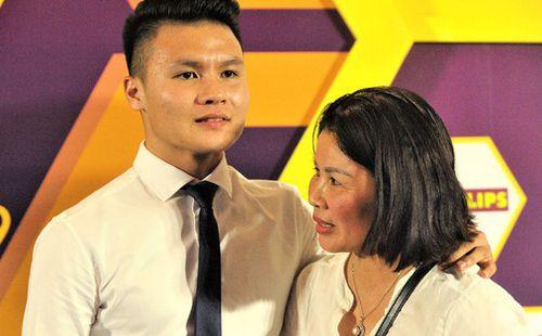 Cảm động hình ảnh Quang Hải vòng tay che chở cho mẹ giữa đám đông khi nhận giải thưởng danh giá nhất V.League 2019