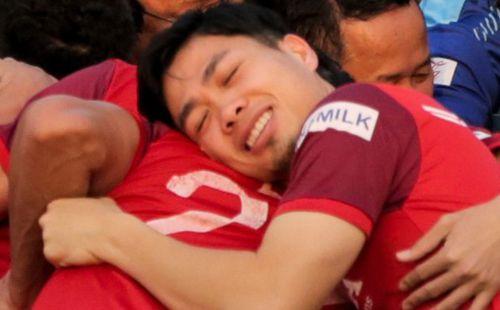 Công Phượng bị thầy Park nhắc vì lỗi trang phục, tận hưởng 'giấc ngủ 3 giây' trên lưng đồng đội ở sân tập
