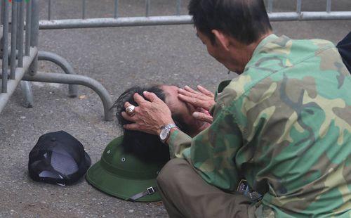 Thương binh ngất xỉu khi chờ mua vé trận Việt Nam - UAE