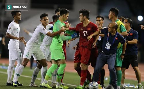Chùm ảnh: HLV Park Hang-seo mạnh mẽ cản dàn cầu thủ Indonesia cà khịa Nguyễn Tiến Linh