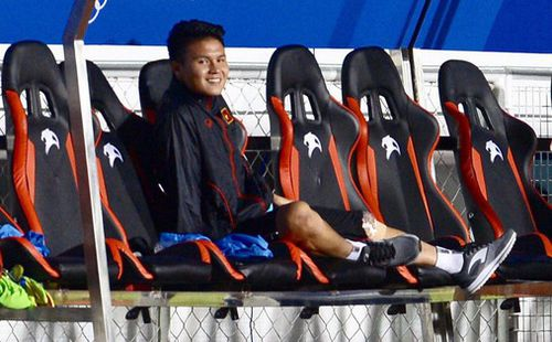 Một mình Quang Hải ăn mừng với ghế dự bị, lặng lẽ ngồi nhìn đồng đội ùa ra sân chung vui với Đức Chinh