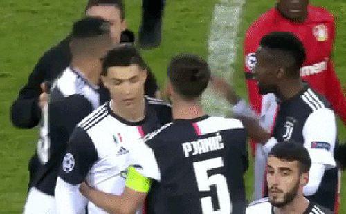 Ronaldo lần đầu nổi điên vì bị fan hâm mộ dúi đầu đòi chụp ảnh, nhưng xem kỹ mới thấy
