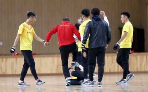 HLV Park Hang-seo hài hước, rủ học trò